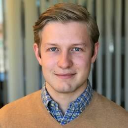 Adam Johansson (M) och exteriör av Faköpings kommunhus
