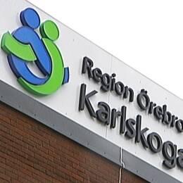Delad bild. Andreas Svahn (S), regionstyrelsens ordförande, till vänster. Till höger syns delar av Karlskoga lasaretts stora skylt på fasaden med regionens logga.