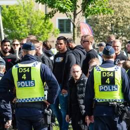 Polis och supportar inför en match i Allsvenskan