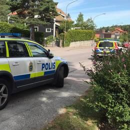 Under måndagsförmiddagen var polis på plats och pratade med boende i området.