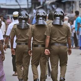 Polis patrullerar på gatorna i Colombo, Sri Lanka.