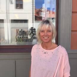 En kvinna står framför Kalmar stadsmission.