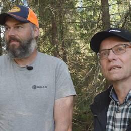 två män i skogen