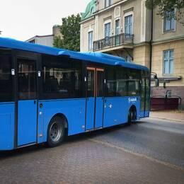 En av Västtrafiks bussar i Mariestad, där problemet med betalningsvägrande resenärer fått chaufförerna att tröttna.