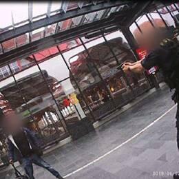 Bilder från en ordningsvakts kroppskamera visar händelseförloppet där mannen skjuts på Malmö C.