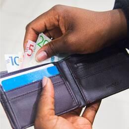Bild på Ylva Hedén Westerdahl och på en hand som tar ut kontanter ur plånbok.