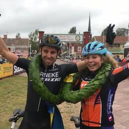 Emil Lindgren och Elisabeth Sveum jublar efter sina segrar i Cykelvasan.