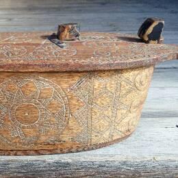 avlång träsask med lock och inristade utsmyckningar