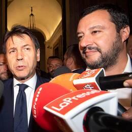 Femstjärnerörelsens Luigi di Maio (t.v), den opolitiske premiärministern Giuseppe Conte och Legas Matteo Salvini