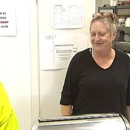 Bild på Kerstin Johansson i lunchserveringen som hon har vid vindkraftsbygget i Åskälen