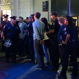 Ett tusental aktivister blockerade Broadway i New Yorks finansdistrikt för att protestera mot vad de anser vara företagens roll i klimatkrisen. Över 100 personer ska ha gripits.