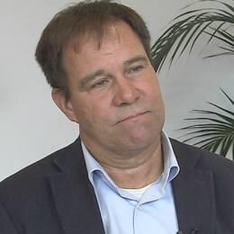 Porträttbild Martin Wannholt bredvid bild på pengar.