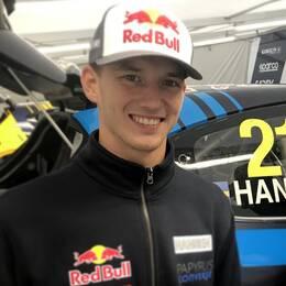 Timmy och Kevin Hansen kör om VM-titeln i rallycross. Bara två poäng bakom ledaren Andreas Bakkerud i nuläget.