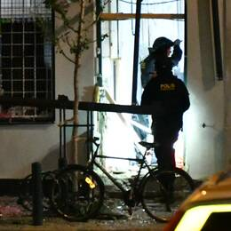 Polisens bombgrupp som undersöker butikslokalen vid vilken det exploderade under natten mot lördagen.
