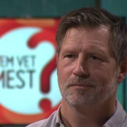 Björn Höglund är frågeredaktör på programmet Vem vet mest. Han är den som skrivit allra flest frågor. Hela 14000 har han hunnit med.