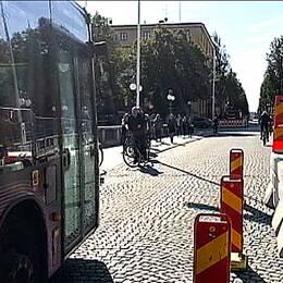 Buss på bro, halva bron avstängd med betongstopp.