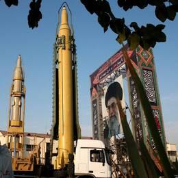 Irans mobila och markbaserade ballistiska medeldistansrobotar Ghadr-H och Sejjil visas upp i huvudstaden Teheran den 24 september 2017.