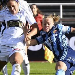 Göteborgs Taylor Leach mot Djurgårdens Mia Jalkerud under lördagens fotbollsmatch i Damallsvenskan mellan Djurgårdens IF FF och Kopparbergs/Göteborg FC på Stadion.