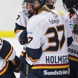 Djurgårdens Julia Östlund och Josefine Holmgren jublar efter att Julia Östlund gjort 1-1 till Djurgården under matchen i SDHL mellan Modo och Djurgården den 9 september 2018 i Bjästahallen, Örnsköldsvik.
