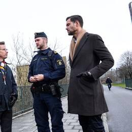 Moderaternas partiledare Ulf Kristersson och partiets rättspolitiske talesperson Johan Forssell guidas runt av polisinspektör Victor Eriksson då de i våras besökte Rosengård i Malmö för att få information om polisens arbete.