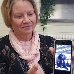 tvåbilder: en medelålders kvinna visar en bild på en liten hund på sin mobil, och en ung kvinna som vänder sig mot kameran
