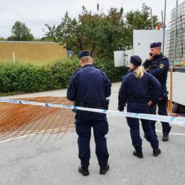 Mannen i 30-årsåldern ska ha fallit från lastbilen och fått armeringsjärn över sig i Södra Sandby.