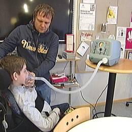 Alexeys muskelsjukdom gör honom beroende av avancerad medicinsk utrustning.