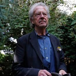 Under fredagen riktades hård kritk mot att Peter Handke blir 2019 års Nobelpristagare i litteratur. Till höger en sörjande kvinna vid en minnesstund för Srebrenicas offer, i juli 2019.