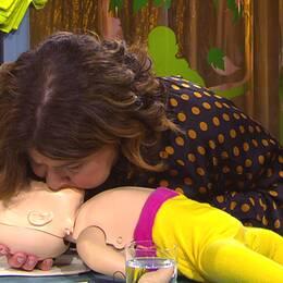 Karin Granberg visar hur man hanterar hjärtstopp hos små barn.