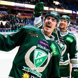 Färjestads Sebastian Erixon och Jesper Olofsson jublar och tackar publiken efter vinsten i ishockeymatchen i SHL mellan Färjestad och HV71 den 26 oktober 2019 i Karlstad.