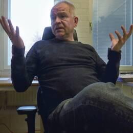 Magnus Wikström, professor i nationalekonomi vid Umeå universitet på sitt kontor.