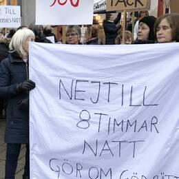 Undersköterskor demonstrerade på torsdagsmorgonen i Lindesberg mot kortare nattpass.