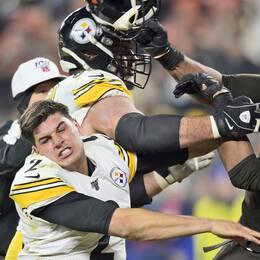 Clevelands Myles Garrett, till höger, slår Pittsburghs Mason Rudolph i huvudet med en hjälm.