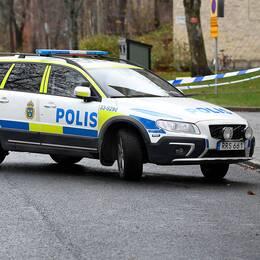 Polisavspärrningar nära det hus i Sundbyberg där en beväpnad man har barrikaderat sig