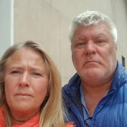Paula Wiesel och Mikael Nilsson från Varberg blev förvånade när colombianska militärer tågade förbi deras hotell.