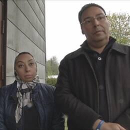 Rania och Wael Fares framför huset de köpt av Swedish Connections. Det ligger i Hökön utanför Älmhult i Småland.