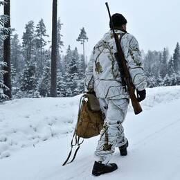 Jägare i vinterskog