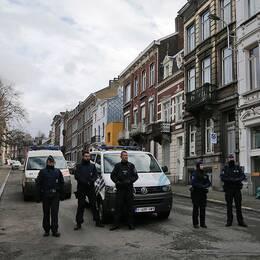Poliser bevakar en gata i Verviers i Belgien under fredagen. Flera persober har gripits och fem är misstänkta för terrorbrott.