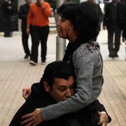 Aktivisten Shaimaa al-Sabbagh omfamnas av en man, som enligt uppgift är hennes kollega, strax efter hon skjutits. Minuter senare är hon död.