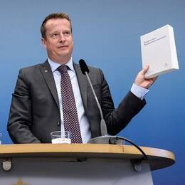 Inrikesministern och utredaren med kommissionens rapport.