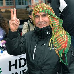 Mehmet, i en sjal med kurdernas färger, röstade i Kistamässan.