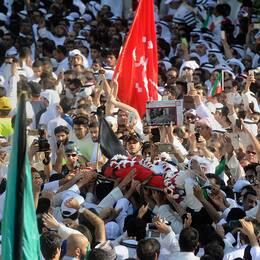 Tusentals människor, både shiamuslimer och sunnimuslimer, deltog i begravningsprocessionen för dem som dödades i bombattentatet i Kuwait City. Islamiska staten har tagit på sig dådet.
