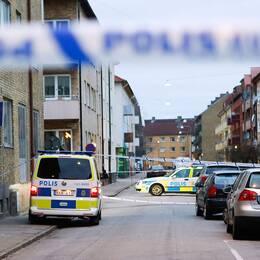 Avspärrningar när en handgranat hittades på gatan i Malmö. Granatattackerna i staden har sin förklaring i Malmös läge vid Öresundsbron, säger kriminalkommissarien.