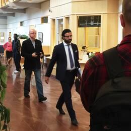Pär Öberg på väg in i rättssalen tillsammans med sin advokat.