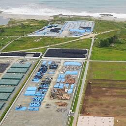 Ett industri-distrikt i Nahara direkt efter tsunamin och till höger den återuppbyggda versionen.