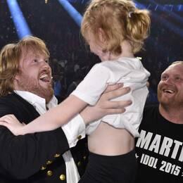 Martin hissar brorsdottern efter segern i Globen.