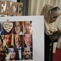 En muslimsk kvinna lämnar kondoleans till offren för dådet.