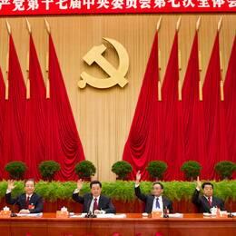 Hu Jintao i mitten kan snart bli avlöst på presidentposten av Xi Jinping, längst till höger.