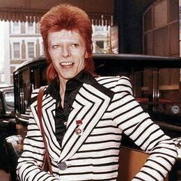 Bowie 1973 poserandes vid en Roll Royce.