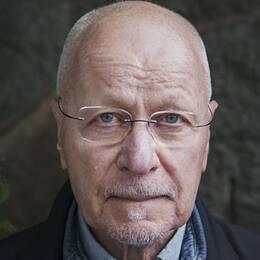 Sven-Erik Alhem riktar kritik mot hur åklagaren hanterat ärendet kring den barnporrmisstänkte chefen inom polisen i region mitt.